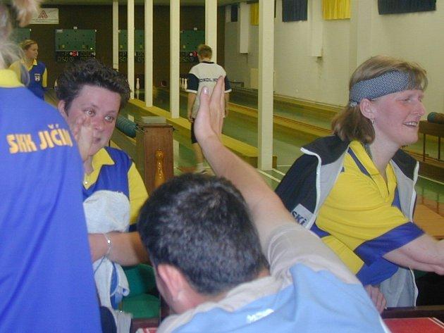Nejlepšího výkonu v prvním utkání dosáhla Dana Viková (vpravo), když porazila 576 kuželek.