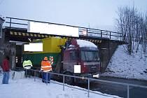 Nákladní automobil poškodil mostní konstrukci.