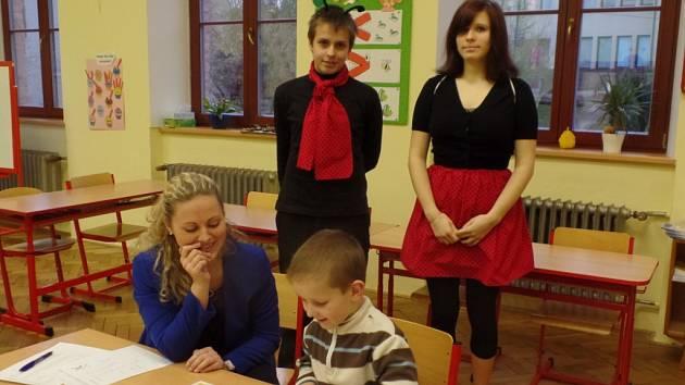 Zápis budoucích prvňáčků v peckovské škole.
