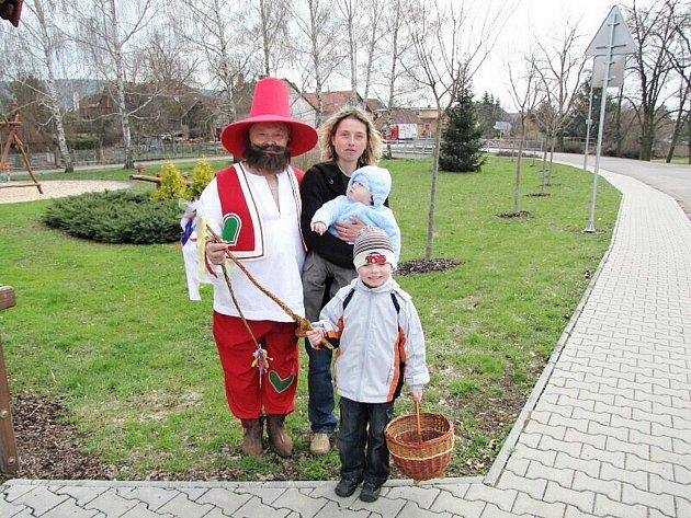 Velikonoční koledníci v Kovači.