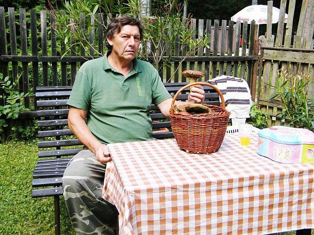Evžen Šturm s houbařským úlovkem.