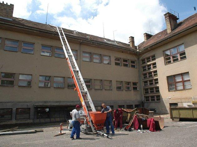 Oprava střechy železnické Masarykovy základní školy bude trvat celé dva měsíce.