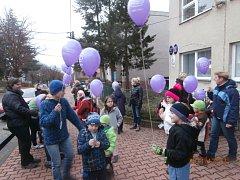 Vypouštění balónků s přáními Ježíškovi v Běcharech.