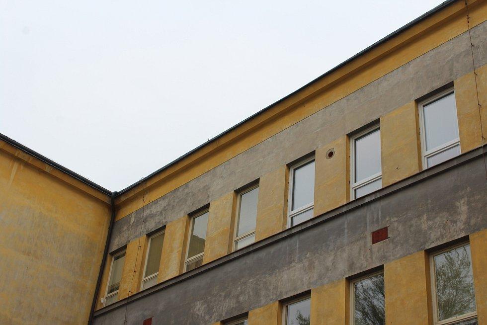 """""""V budoucnu by si škola zasloužila také nová okna,"""" míní ředitel. Část oken vyměnili už nyní."""
