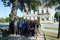Školáci při pietě u pomníčku na jičínské Letné.