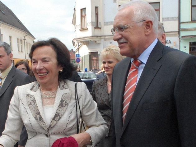 Manželé Klausovi při návštěvě Hořic.