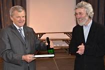 Vladimír Mastník, starosta Lomnice (vlevo) s Jaroslavem Bárkou při křtu knihy.