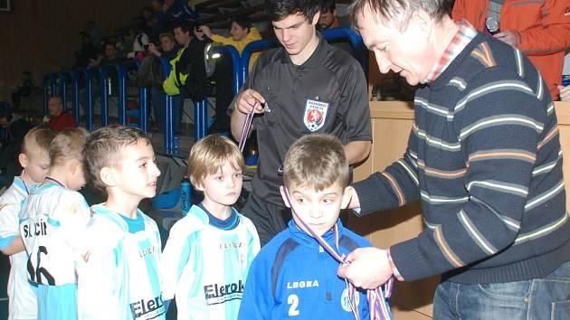 NEJKRÁSNĚJŠÍ OKAMŽIKY. Po skončení každého turnaje předal ve sportovní hale  hlavní orgánizátor František Skřivánek ceny nejúspěšnějším účastníkům.