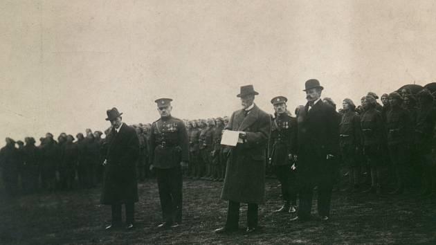 Tomáš G. Masaryk na jičínském cvičišti roku 1921 doprovázen E. Benešem, armádním generálem J. Syrovým a ministrem národní obrany F. Udržalem.