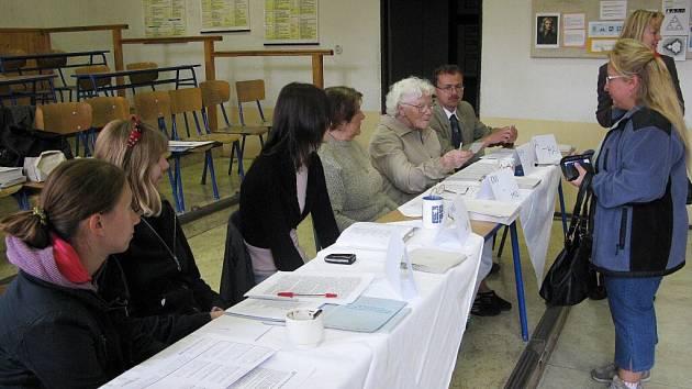 Snad nejrušněji při volbách  bylo v místnosti  v  Lepařově gymnáziu v Jičíně. Ne, že by tam chodilo více voličů než  jinde, ale škola slavila  385 let od svého založení, takže návštěvníci slavnosti někdy omylem v rámci exkurze zavítali i k urně. Vše tu ko