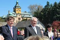Prezident Miloš Zeman navštívil také Holovousy, na snímku se starostkou obce Martinou Berdychovou a hejtmanem Lubomírem Francem.