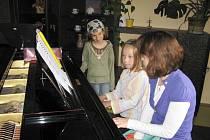 V ZUŠ se v sobotu pilně muzicírovalo, zpívalo  i tančilo. Diváků a posluchačů bylo nepočítaně.