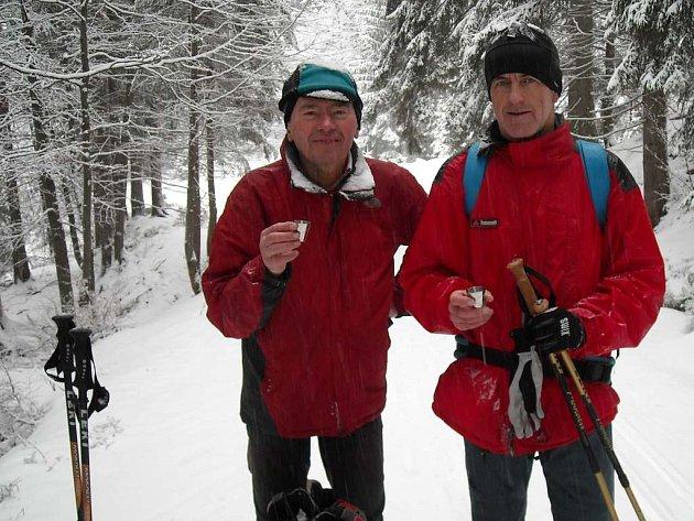 V zajetí zimy a sněhu Ivan Pírko (vlevo) a Standa Svárovský. Oba  před Krakonošovou snídaní.