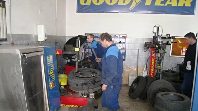 Ve většině pneuservisů se v těchto dnech dveře rozhodně netrhnou. Své o tom ví i v jičínské firmě K+T na Javůrkově Louce.