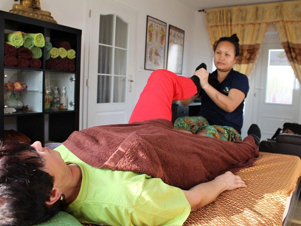 Suwanlee Lešáková provádí tradiční thajské masáže.