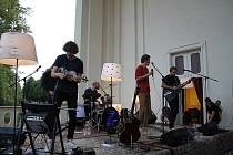 Hudební nadšenci při koncertu kapely Zrní zcela zaplnili terasu Valdštejnské lodžie.