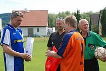 Jubilant Jiří Pavlišta (vlevo) přijímal gratulace.
