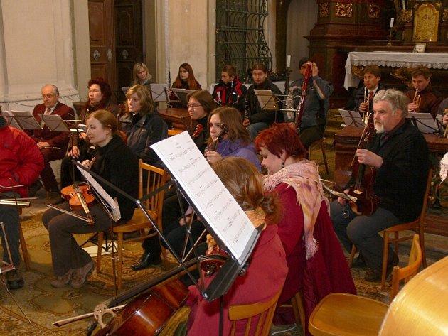 Z koncertu Podkrkonošského symfonického orchestru ve velišském kostele.