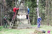 Údržba pomníku na Prachově.