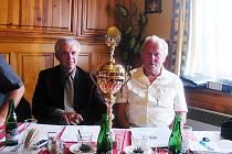 VLADIMÍR BLAŽEJ (vlevo) zastupoval na jednání ČMFS a Františku Maternovi předal krásný pohár jako ocenění jeho dlouholeté práce pro  fotbal v jičínském okrese.