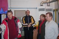 V kabině se sešli jičínští fotbalisté s představiteli klubu a trenéry. Zleva Roman Mikolášek, nový trenér Josef Štoudek, Jiří Ticháček a asistent trenéra Jaroslav Matějka.