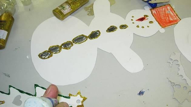 Žáci ZUŠ Hořice vyráběli vánoční ozdoby.