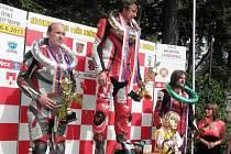 ANTONÍN PLEVÁK na snímku uprostřed jako vítěz své kubatury v Hořicích.