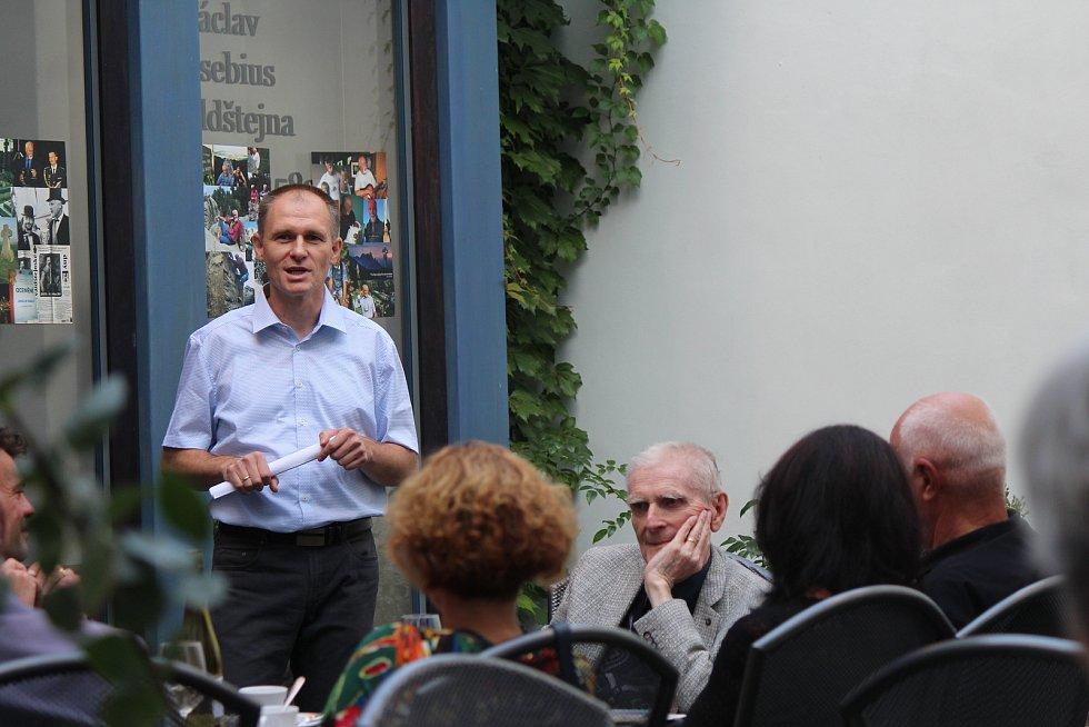 Jičínská beseda ocenila Jaroslava Veselého za jeho činnost pro rozvoj města a života v Jičíně.