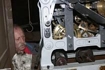 Z instalování hodinového stroje po opravě do budovy mlázovické radnice.