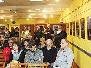 Výstava fotografií členů fotografického kroužku v novopackém MKS.