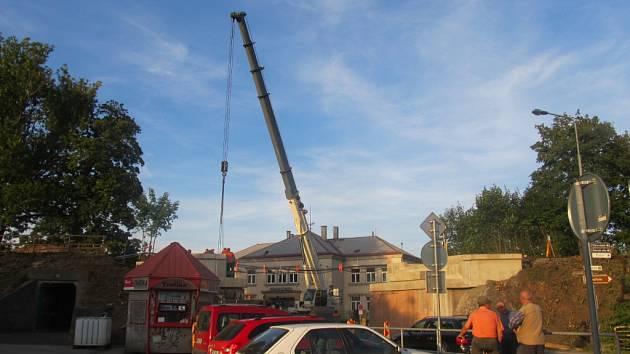Práce na opravě poškozeného mostu.