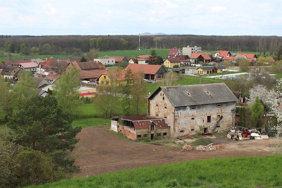 Ze středověké tvrze zbyla dnes už jen sýpka. V příštích letech ji čeká rekonstrukce.