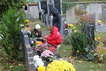 Sobotecký hřbitov během dušičkového období.