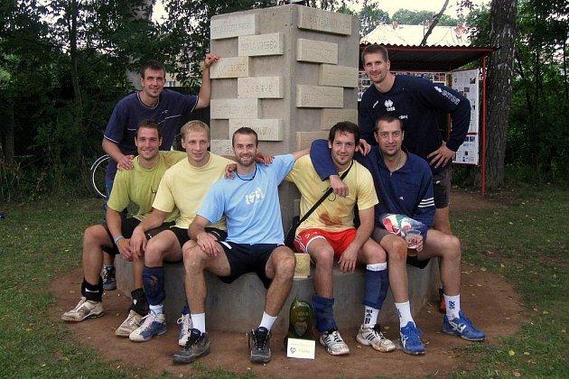 Vítězný tým Volejbalové Dřevěnice ze Lhoty pod Libčany. Zleva: Matuška (stojící), Novák, Hrazdíra, Holubec, Bence, Konečný, Štokr (stojící).