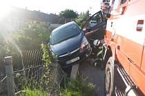Auto skončilo v zahradě, pomohl mu jeřáb.