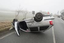 Smyk a náraz do svodidel poslal automobil s tříčlennou posádkou na střechu.