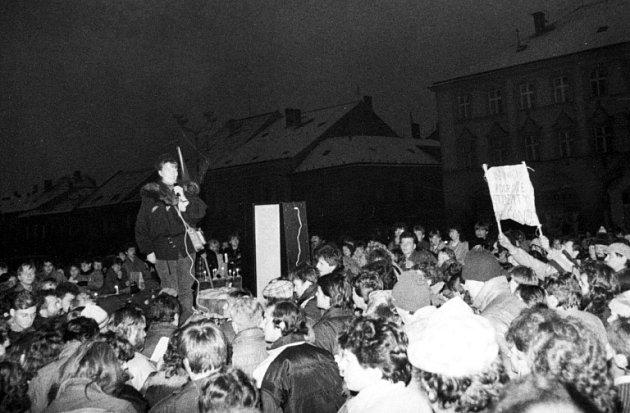 Z listopadových dnů roku 1989 v Jičíně.