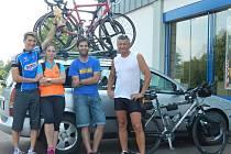 CELÝ JIČÍNSKÝ TÝM slaví další skvělý úspěch v triatlonu. Na snímku jsou zachyceni zleva: Petr Soukup, Anna Kieslingová, Jan Medlík a Libor Soukup.