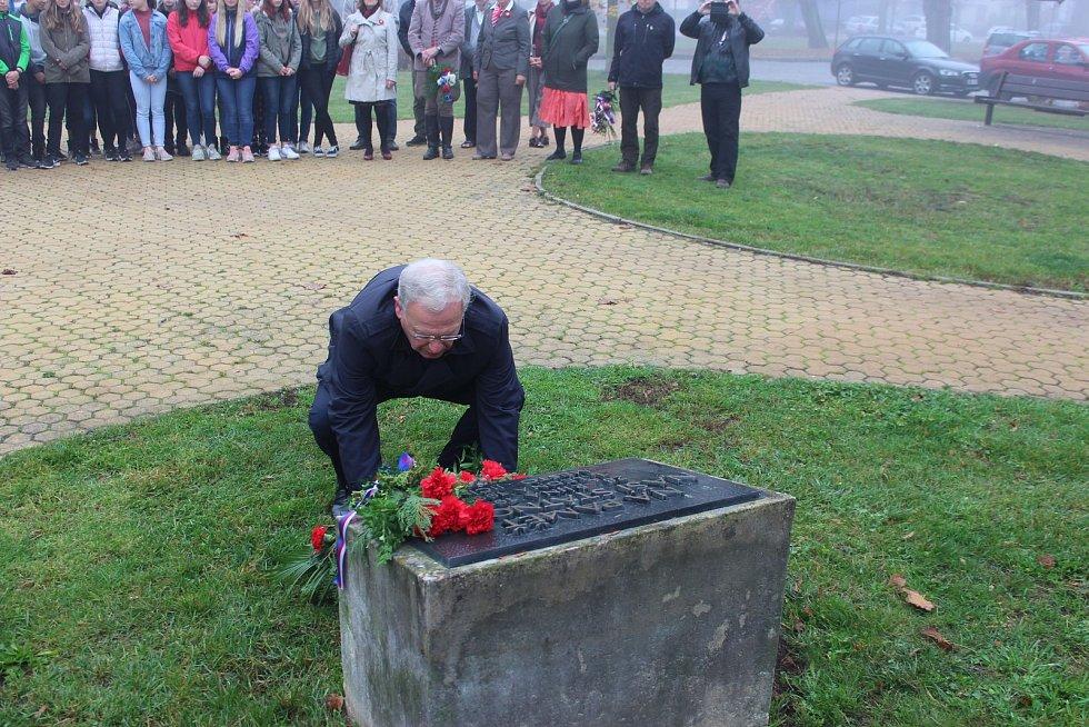 Veřejnost, žáci ZŠ Husova a představitelé města Jičín si připomněli Den vzniku samostatného československého státu.
