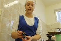 VÍTĚZKA soutěže cukrářů a kuchařů Gastro 2016 Aneta Růžková při výrobě soutěžního exponátu.