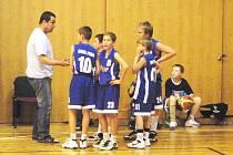 Trenér Nádvorník o přestávce nabádal družstvo mladších minižáků k větší důslednosti při bránění soupeře z Josefova.