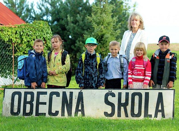 Šest nováčků přivítali vzáří vZákladní škole vJičíněvsi, které řediteluje Darina Šindlářová.