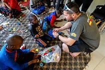 Matěj Břeský z Jičína pomáhá nemocným dětem  v Tanzanii.