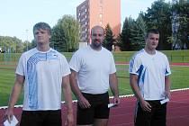 Olympionik Antonín Žalský (uprostřed). startoval ve dvou disciplínách, kouli poslal na značku 19,68 m.