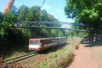 Nová lávka přes železniční trať je na místě a město by ji mělo převzít koncem tohoto týdne nebo začátkem příštího.