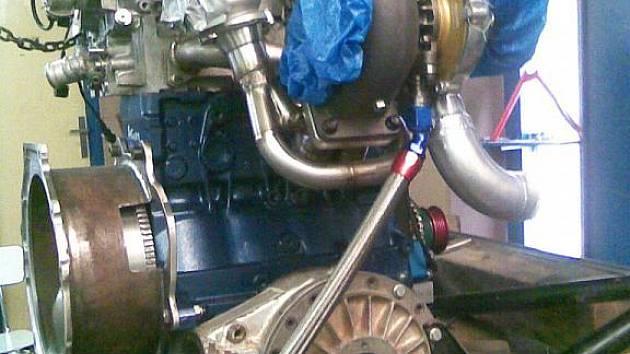 Zcela nový motor do Fejfarova auta ještě v lužanské dílně na stojanu.