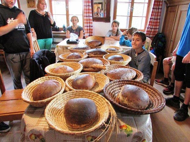 Děti z novopackého Biosu uctily úterní svátek chleba jeho výrobou. Ve Žďáru u Duczynnských si zkusily celý výrobní proces i s ochutnávkou.