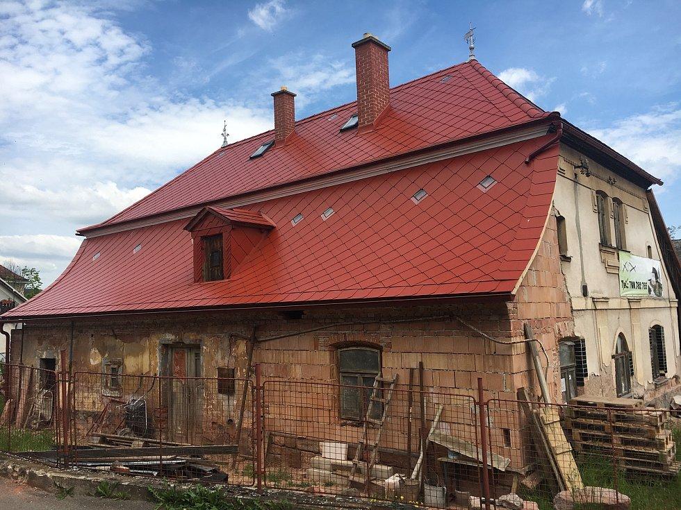 Budova hostince je nyní v rekonstrukci.