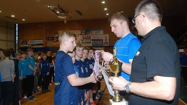 CONTINENTAL CUP 2016 v kategorii mladších žáků. Na snímku jsou dekorováni házenkáři HBC Continental Jičín A stříbrnými medailemi. Ceny předával extraligový brankář HBC David Machalický.
