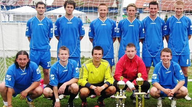 VÍTĚZNÝ TÝM  Rosonerri z velké části tvořili hráči účastníka krajského přeboru SK Jičín.